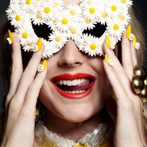 daisy-sunglasses-daisy-manicure-nails-emojis-happy