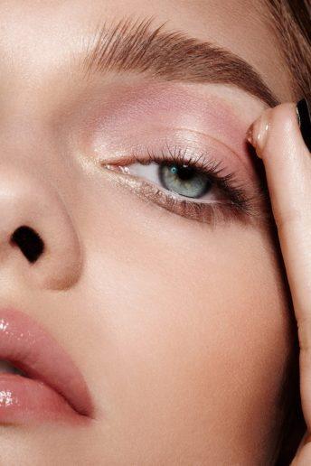 applying-gloss-eyeshadow-how-to-apply-makeup